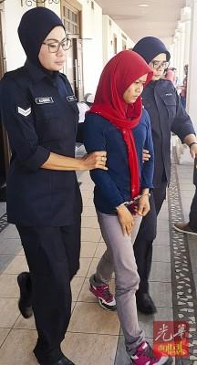 被告罗兹拉闻讯后被押出法庭。