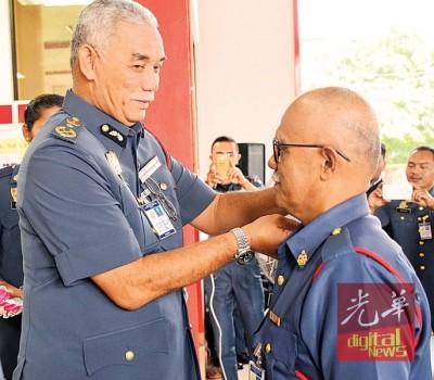 阿兹米亲自为卓哈里(右)带勋衔。