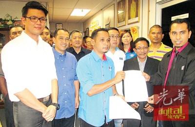 阿斯兰(左3)移交备忘录予霹州选委会助理主任凯鲁阿敏(右1),左起陈家兴、尤诺斯及郑立慷州议员。