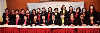 华总女士部第13交理事出炉,黄玉珠(左5)以变成新届华总女士部主席。左起为李玉花、郑爱蒂、何美玲、郑秀萍、柯淑华、林火莉、杜潘林薏华、原任抱书记康秀春与蔡宛亲。
