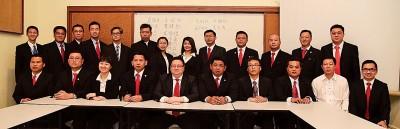 先后13交华总青年团新届理事,因为者左起为霍韦彣、叶伟盛、黎慧伶、余德耀、王琮钦、黄健凯、沈林森、李正瀚、黄敬和以及洪振劼。