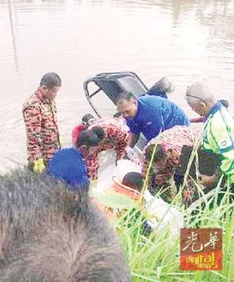 消拯人员把受困在轿车内的死者遗体扛上河岸。(图取自Metro网站)