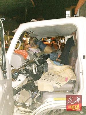 罗里发出车祸后,司机不幸当场毙命。