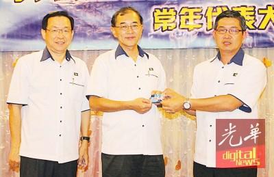 巴占村长林慧贤(右)打马汉顺手中接领村长委任证件,左为陈进明。