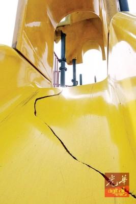 孩子游乐园滑梯爆裂,一不小心将割伤小孩皮肤。