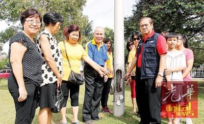刘有福(右2)和本地居民促请梳邦再也市议会关注儿童游乐园设施残旧不堪及电线外露的题目。