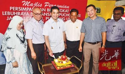 相当阿兹敏(被)新任雪州大臣满2周年,梳邦再也市议会特准备黄姜饭糕祝贺阿兹敏。