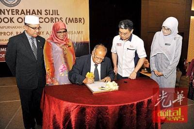 槟州第二副首长拉玛沙米主持签署奖状仪式。