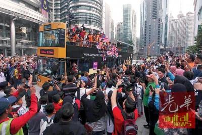 残奥健儿搭乘的开端蓬巴士抵达国油管弦乐厅后,抱民众的剧烈喝彩与支持。