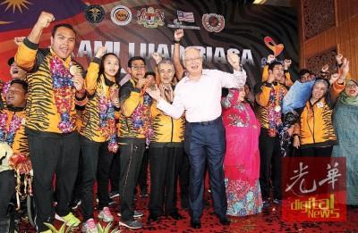 纳吉(右5)以及运动员们共享奖牌喜悦。左起为莫哈最后兹亚、西蒂诺拉蒂雅、莫哈最后里祖安、阿都拉、罗斯玛、阿都拉迪夫、难得阿都拉及罗哈尼。