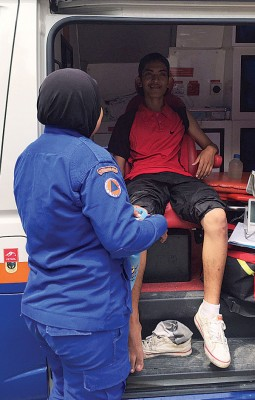 宾亚敏获救后,接受民防部队的检查。