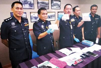 查基(被):华人青年把毒品放在司机旁的乘客位上,结果以通道遭查获。