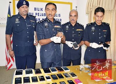 罗兹(左2)示出警方起获的各种物品,左起为警官达威、瑟庚然及阿兹里。