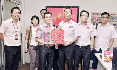 刘华才(右3)给中秋礼盒给《光明日报》,鉴于吴义民搭领。左起为吴国平、胡慧君、陈倬卫;右起了耀明和刘博文 。
