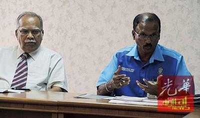 槟州兴都基金会主席拉玛沙米(左)朝媒体上讲话,右为槟州兴都基金会首席执行员拉玛占道兰。