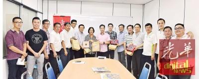 胡栋强(左9)率同槟州民政党协调员拜访本报,获得吴凤美(左8)及陈健敏(左10)等人的接待。