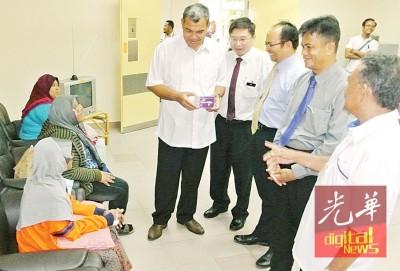 阿里(右起)、再尼、奥曼、谢恭吉及萨菲里问候在出院休息室的病人。