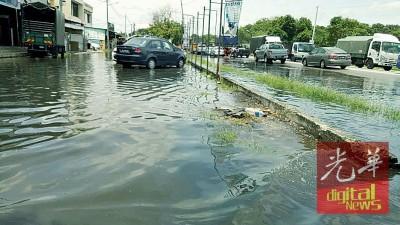 来不及排水,路面成一片汪洋。
