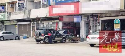 汽车维修业者非法占用店前停车位。