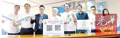 章瑛连同沈志强(右4)及邱文忠(左2)等展示虚拟跑的奖牌。