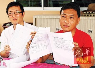 涂仲仪(左)和王振业向媒体展示,市政局开出的罚单和工厂操作记录表。