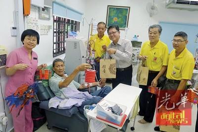黄泉安(右3)在主席黄琮岚(右起)、执行顾问梁健民、副主席陈福来和护士长黄来新陪同下,赠送月饼予肾友。