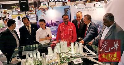 希瓦善哥(右起)、倪川鹏、辜永展、佳日星及苏继良(左2)参观二手房地产展销会参展单位。
