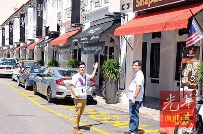 卢衍彣(左)及叶庆秋前往烟筒巷指出,该街道已有12间老屋被外国人收购。