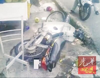 华裔男子的摩托车翻覆在地上。