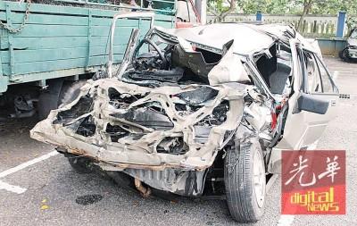 轿车毁不成形。