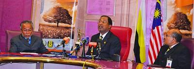 大臣赞比里(中)在苏丹阿斯兰莎伊斯兰大学两位副院长诺丁卡迪及温沙比里的陪同下召开记者会。