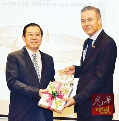丹麦驻马大使尼古莱给纪念品予槟州首席部长林冠英。
