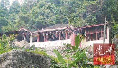 亚依淡宝屿仙岩大伯公百年古庙依山而立。