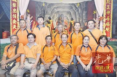 亚依淡宝屿仙岩大伯公庙理事会发动募款活动,挽救濒临倒塌的百年老庙。前排右3为主席庄宝德。
