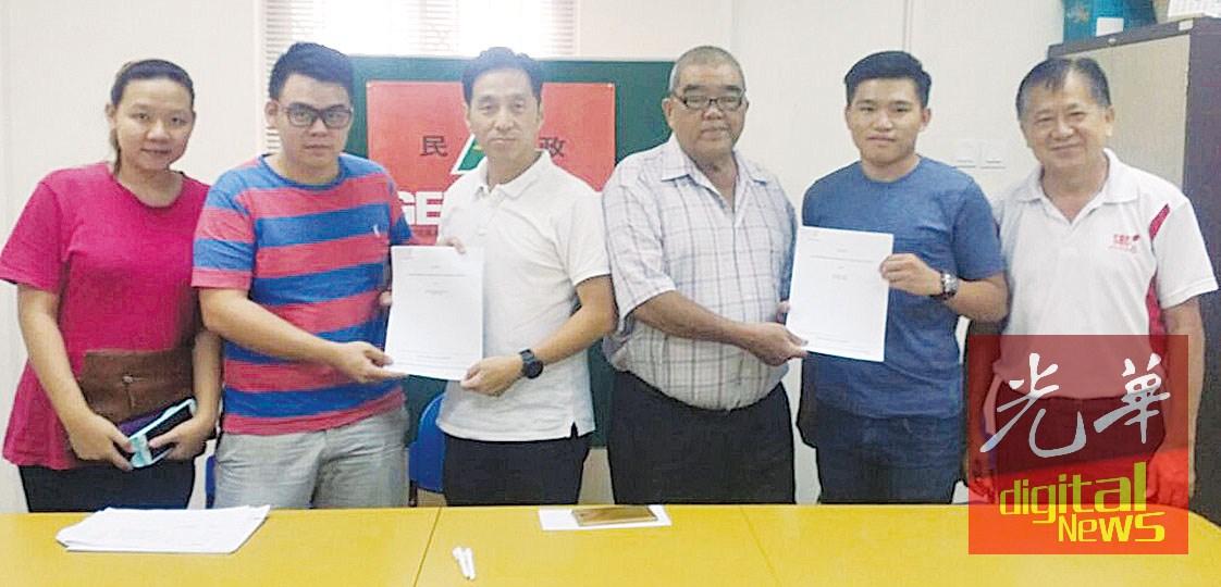 胡栋强(左3起)与倪振喜移交款项予受惠者。
