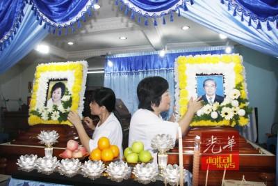 黄顺娇与顺舒姐妹:父母灵柩前的遗照是在5年前已准备。