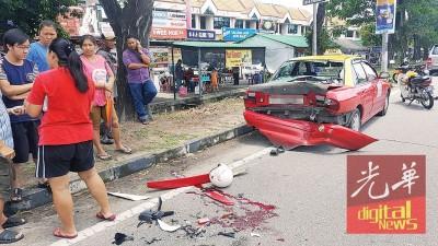 的士停泊大路旁,2名中学生骑士误撞车尾送院。