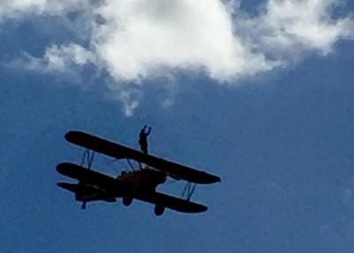 贝蒂随飞机升上半空。