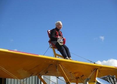 贝蒂是最年长的女性坐机翼位。