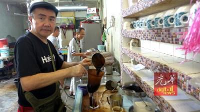 陈颖超:将继续为老顾客冲咖啡。