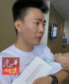 5个月大小男婴杨智宇皮肤已出现红点,必须立即开刀抢救。