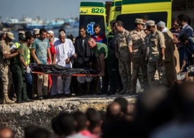 搜查救人员以难民尸体运上岸。