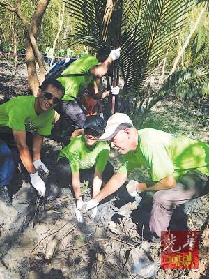 阿兹米(左)同渔民一起种植红树。