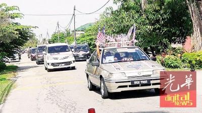 参与国庆游行的车辆遂辆出发。