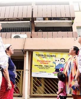 梁赐然(左起)、叶玉琼、琳达及张志辉带媒体回到事发现场。