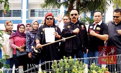 阿都拉尼(前排左4)周五与多人在警局外合照。