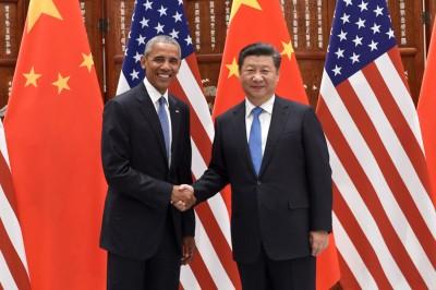 """习近平(右)与欧巴马(左)在杭州会面时握手,进行第九次""""习欧会""""。(法新社照片)"""