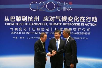 习近平与欧巴马向潘基文提交《巴黎协定》批文后,相互握手。(法新社照片)