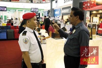 新光大商场保安主任阿德南(右)正指示保安注意安全事项。