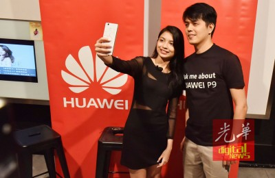 李佩玲用华为新手机与杨晟翌自拍。
